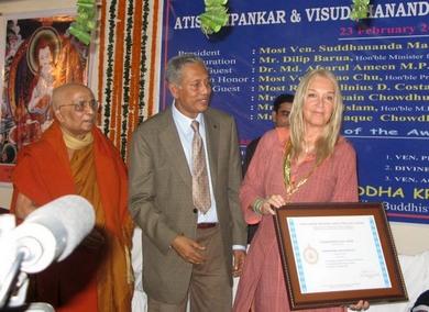 Vassula premiada com a medalha de ouro e Certificado por seus esforços para propagar a