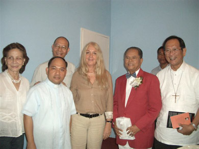 Bishop Teodoro Bacani invited Vassula to meet the El Shaddai Community's leader, Bro. Mike Velarde (in red) who in turn, was honored for Vassula to speak to the community