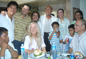 Η Βασούλα με την οικογένεια de Laza, τον π. Richie και τον π. Frank