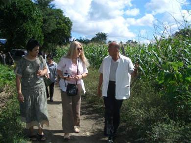 Περπατώντας στο Capusian με την Teresa, βοηθό στο BM και τον Dr. de Laza.
