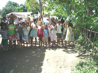 Τα παιδιά του χωριού καλωσορίζουν τη Βασούλα