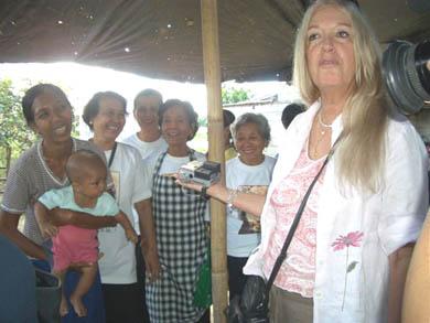 Ταίζοντας τα παιδιά στο χωριό Capusian