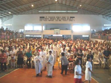 Οι ιερείς σε παράταξη πριν τη Θεία Λειτουργία που τελέστηκε από τον Μονσ. Gerry Perez μετά την ομιλία της Βασούλας