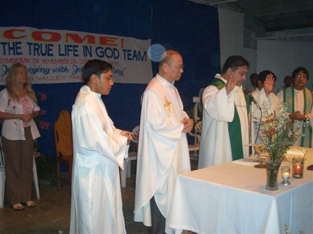 The priests in procession before the Holy Mass celebrated by Msgr. Gerry Perez after Vassula's talk